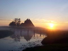 Halligkirche mit Abendsonne