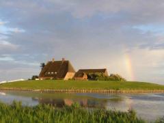 Kirche und Pastorat mit Regenbogen