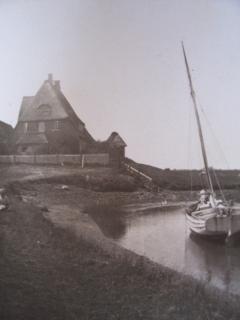Pastorat mit Priel auf alten schwarzweiß Foto