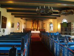 Ein Blick ins Kircheninnere,  das Gestühl in typisch friesischen Farben