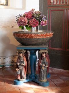 Das Taufbecken mit den 4 Evangelisten trägt ebenso die Jahreszahl 1624