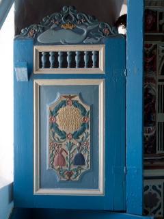 """Die """"Hochzeitstür"""", 1743 gefertigt, erinnert mit dem Motiv einer Walmutterund  ihrem Jungen an die Walfängerzeit"""
