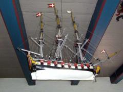 Das Modell einer dänischen Fregatte erinnert an den dänischen König Frederik VI, der beim Wiederaufbau Hooges nach der Sturmflut 1825 half