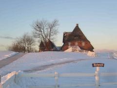 Pastorat und Kirchwarft im Schnee